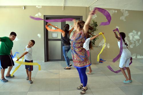 Niños y una mujer haciendo ejercicios con cintas