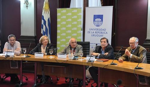 Autoridades sentadas en la mesa frente a los micrófonos