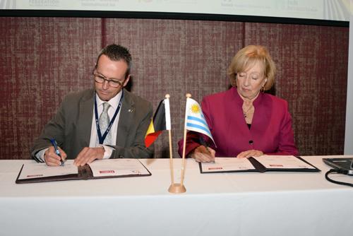 autoridades en la firma del memorandum