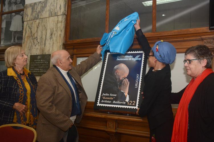 Autoridades del Correo, la ministra Muñoz y Kanela descubriendo el sello.