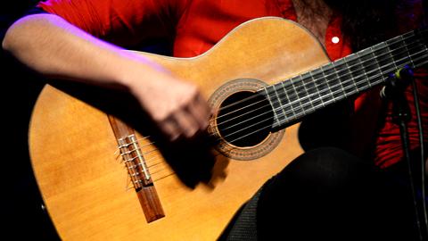 Guitarra en manos