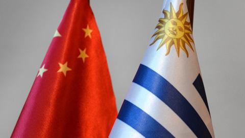 Banderas de China y Uruguay
