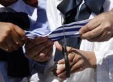 Escolares cortando cinta