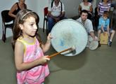 Niña tocando tambor