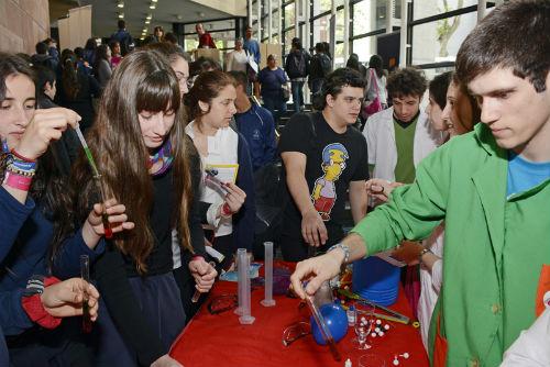 Estudiantes en la Expo Educa