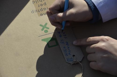 Niño escribiendo su deseo para el mundo