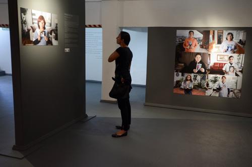 Mujer mirando la muestra fotográfica