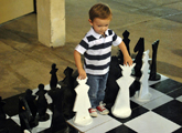 Niño con ajedrez gigante